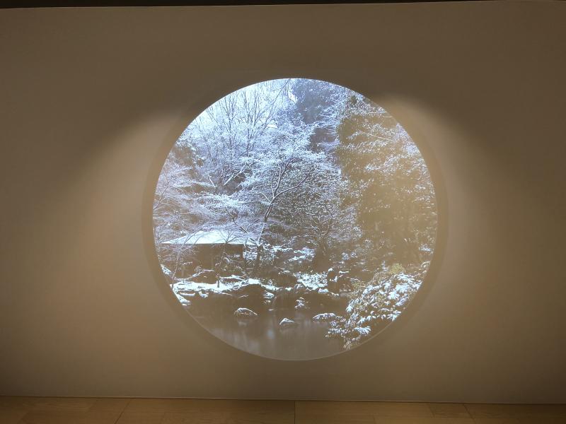 プロジェクターによる円窓の雪景色